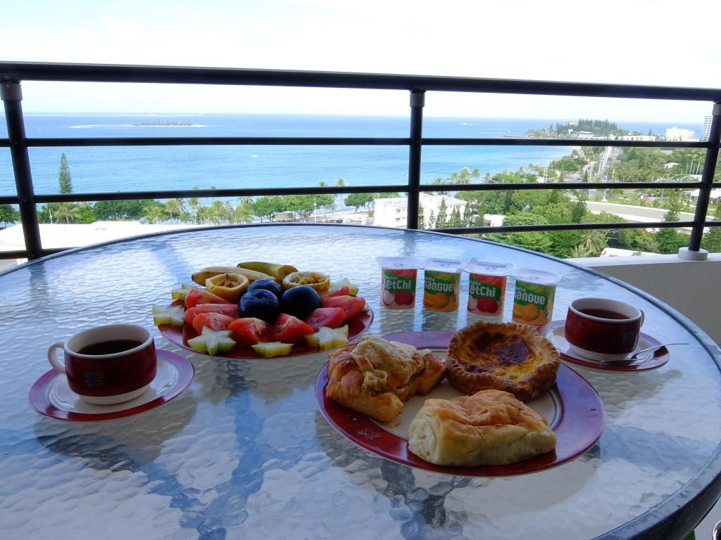 ヌメアのマルシェで買ったもので朝食を♪